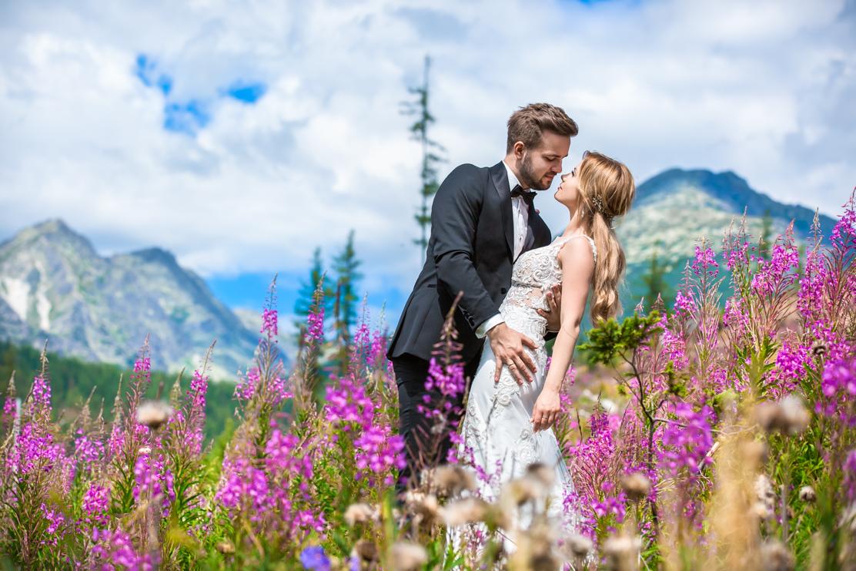 fotografia ślubna w kwiatach o nazwie Wierzbówka Kieprzyca z widokiem na Tatry