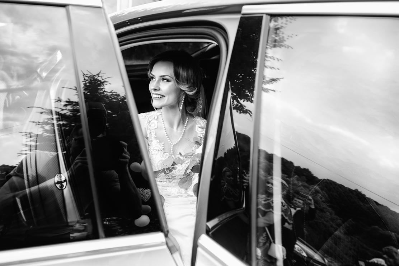 fotografia ślubna pani młodej w drodze do kościoła
