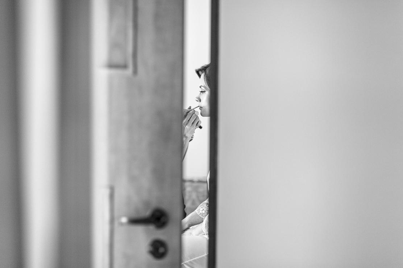 zdjęcie z ukrycia podczas malowania ust