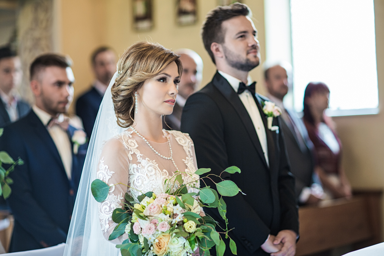 fotografia ślubna przedstawiająca parę młodą na ślubnym kobiercu