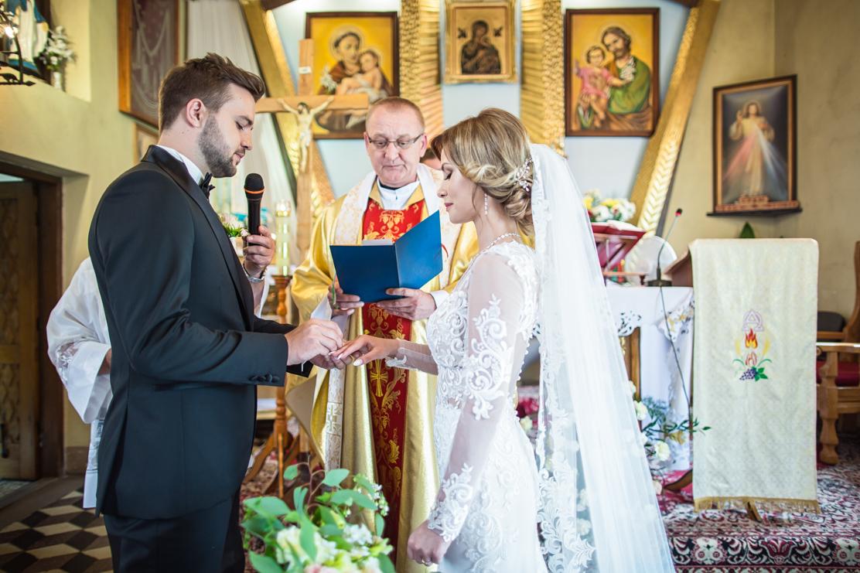 Sylwek nakłada obrączkę Weronice - fotografia ślubna Rzeszów