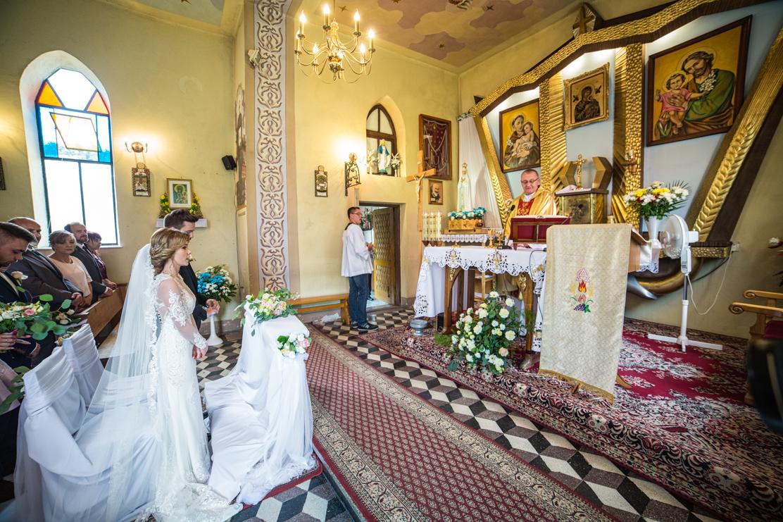fotografia przedstawiające wnętrze kościoła w którym odbywał się ślub