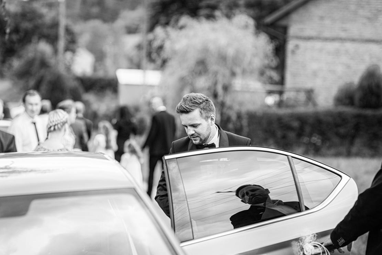 samochód do ślubu - pan młody w drodze do kościoła