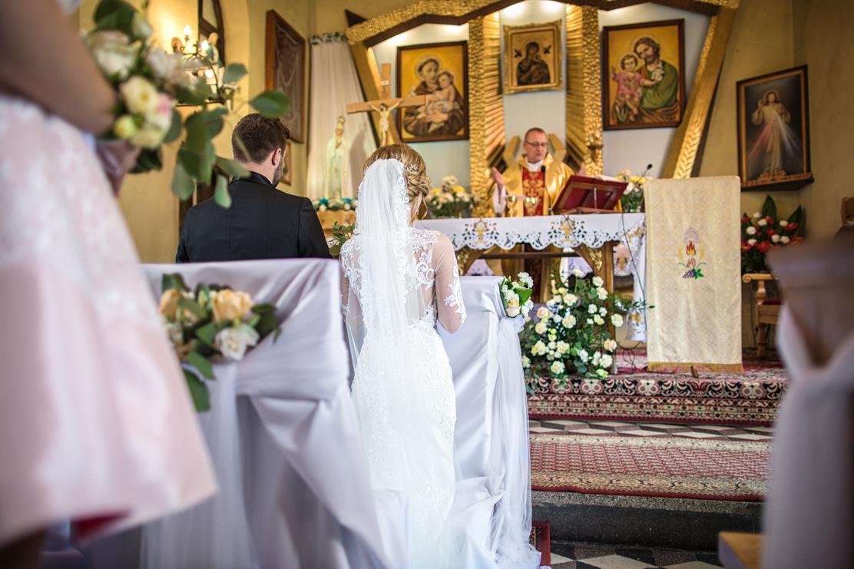 ksiądz w trakcie ślubnej mszy świętej - fotografia ślubna Jasło