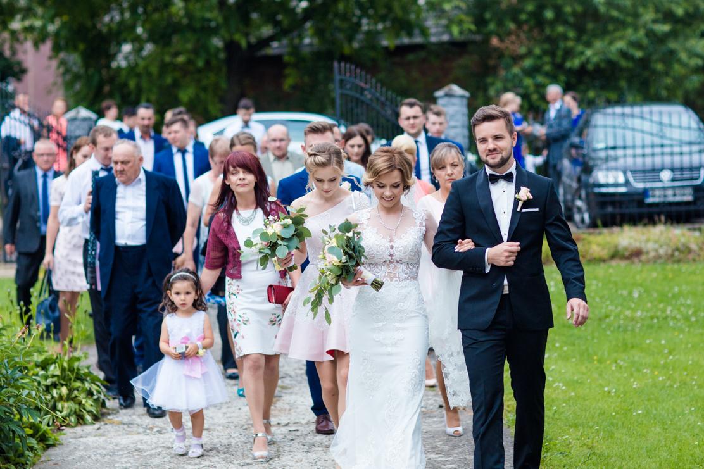 fotograf ślubny Rzeszów - ujęcie rodziny udającej się na ślub