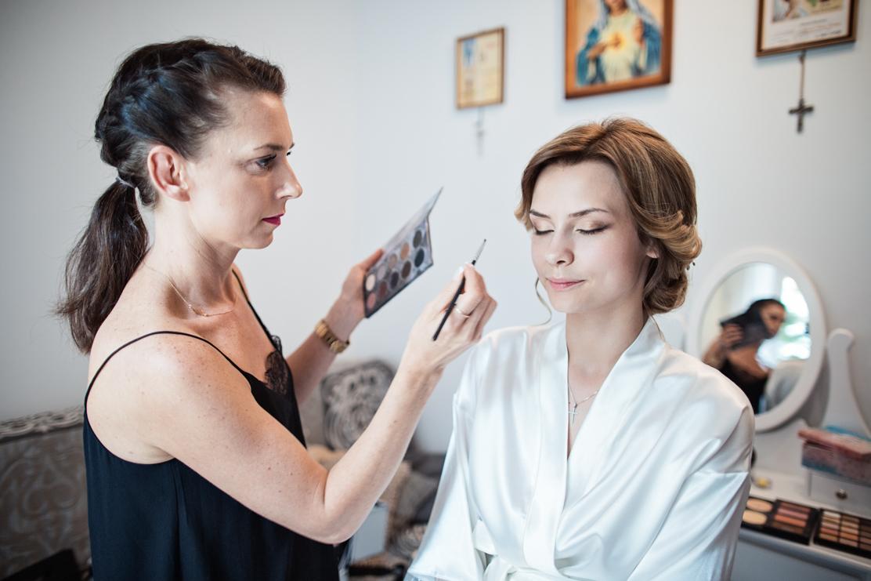 szeroki kadr i widok na pokój w któym odbywa się make-up