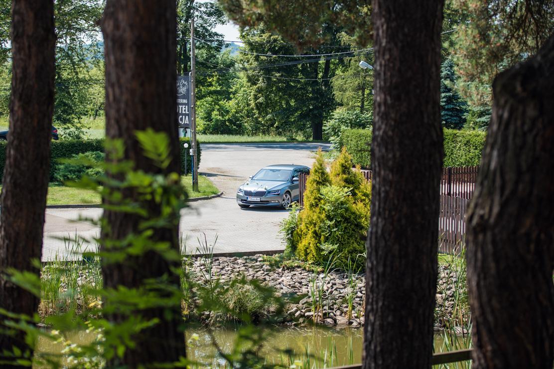 fotografia przedstawiająca przyjazd samochodu ślubnego do lokalu - Zajazd Pod Skałą