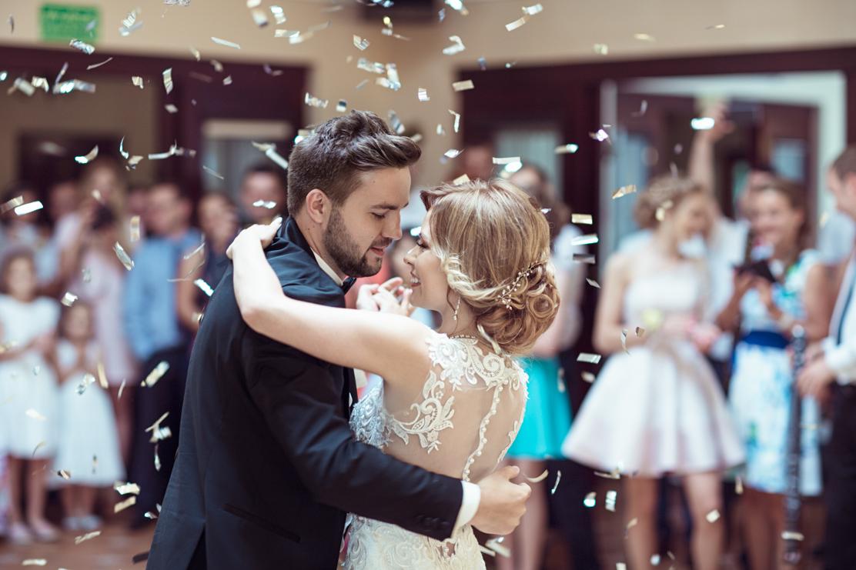 fotografia ślubna podczas pierwszego tańca widziane teleobiektywem