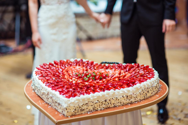na fotografii widoczny tort ślubny w kształcie wielkiego serca, upieczony w cukierni Keks w Jaśle