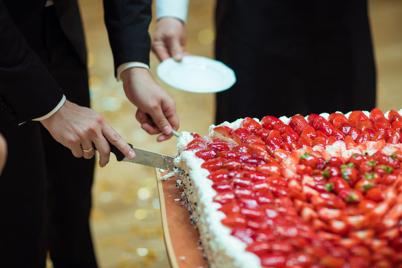 wykładanie tortu na talerzyk przez pana młodego - fotograf na wesele Rzeszów
