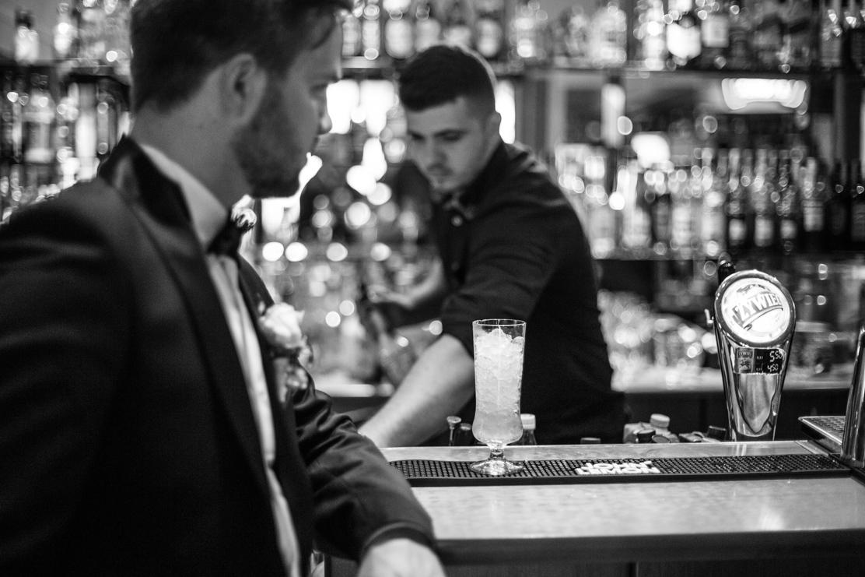 Drink bar Gastro przyrządza drinka - fotografia ślubna przedstawia pana młodego czekającego na drinka