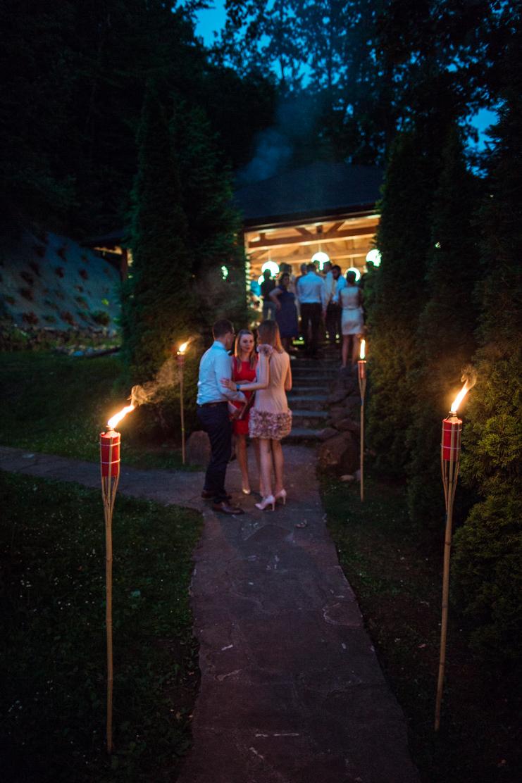 goście weselni udają się na biesiadę na którą prowadzi ich ogień z pochodni
