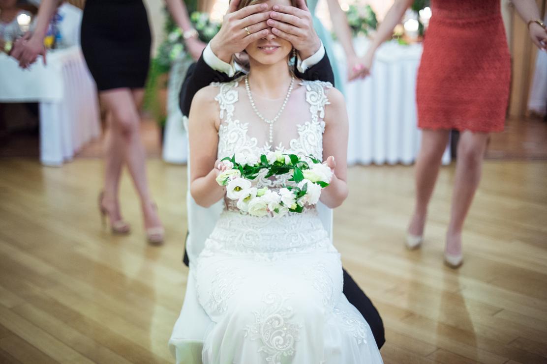 oczepiny ślubne - Weronika rzuca wiankiem