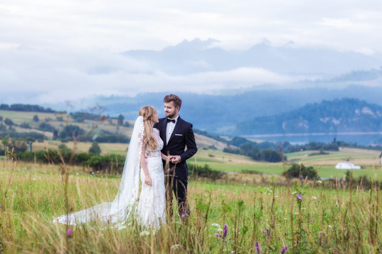 plener ślubny w górach a w tle Tatry i Jezioro Czorsztyńskie o wschodzie słońca