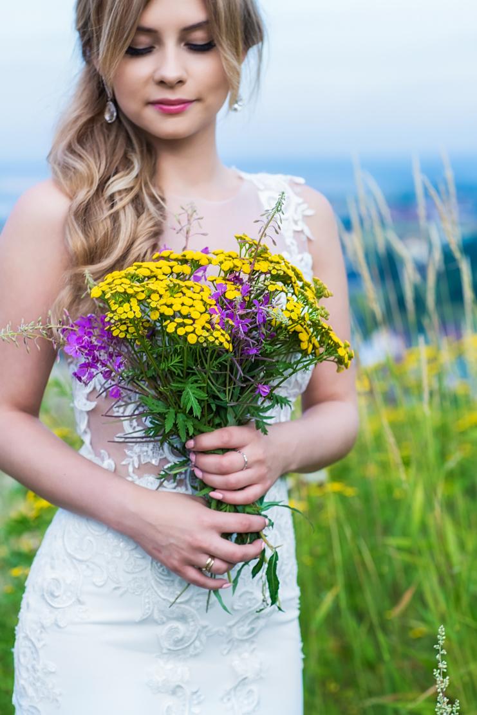 fotografia ślubna - bukiet kwiatów na plenerze w Tatrach