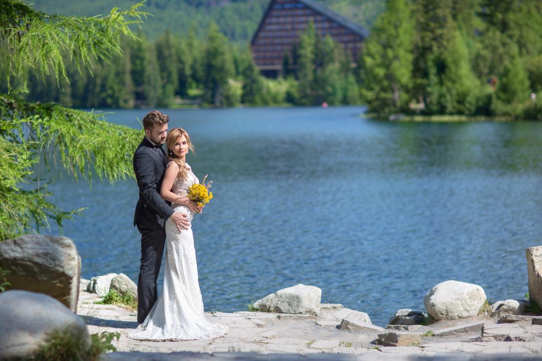 fotografia ślubna Słowacja - plener nad górskim jeziorem
