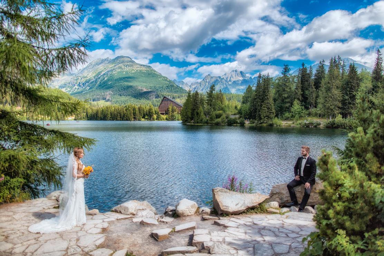 film ślubny w górach i ujęcie pary młodej w szerokim kadrze nad szczyrbskim jeziorem
