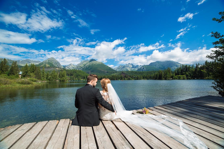 teledysk ślubny w górach - ujęcie nowożeńców patrzących na słowackie Tatry