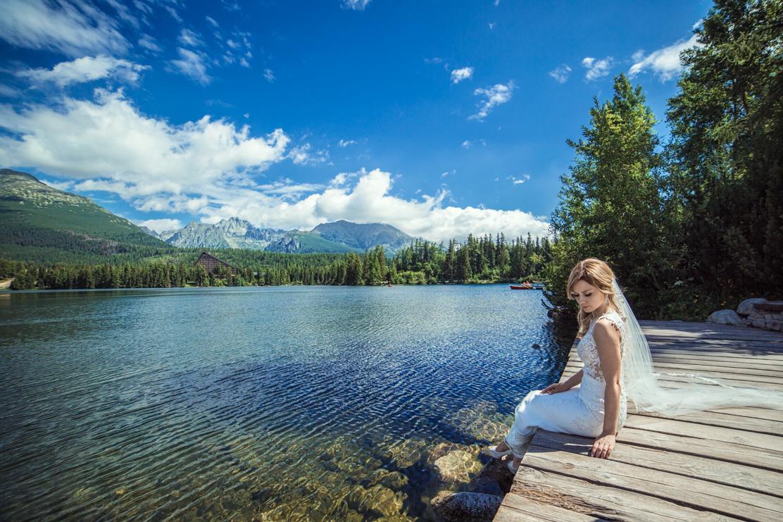kamerzysta na wesele Rzeszów - ujęcie Weroniki patrzącej na Jezioro Szczyrbskie