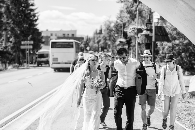 uliczna fotografia ślubna - para młoda w tłumie turystów