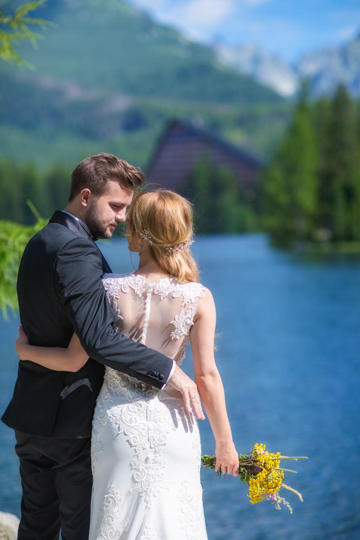 plener ślubny w Tatrach i fotografia przedstawiająca patrzącą na siebie pare młodą - Szczyrbskie Jezioro