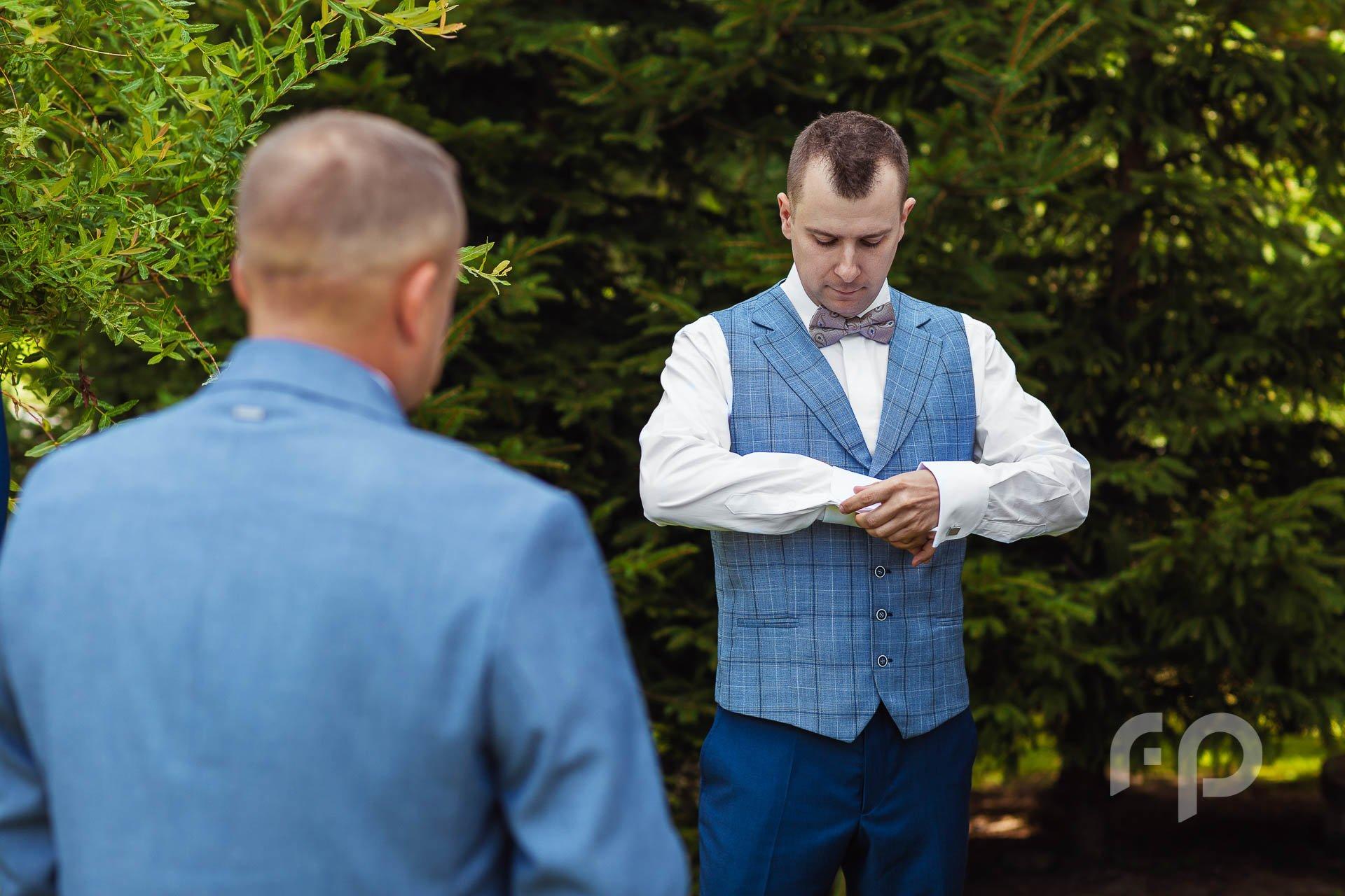 jak zapiąć spinki podczas przygotowań ślubnych u młodego