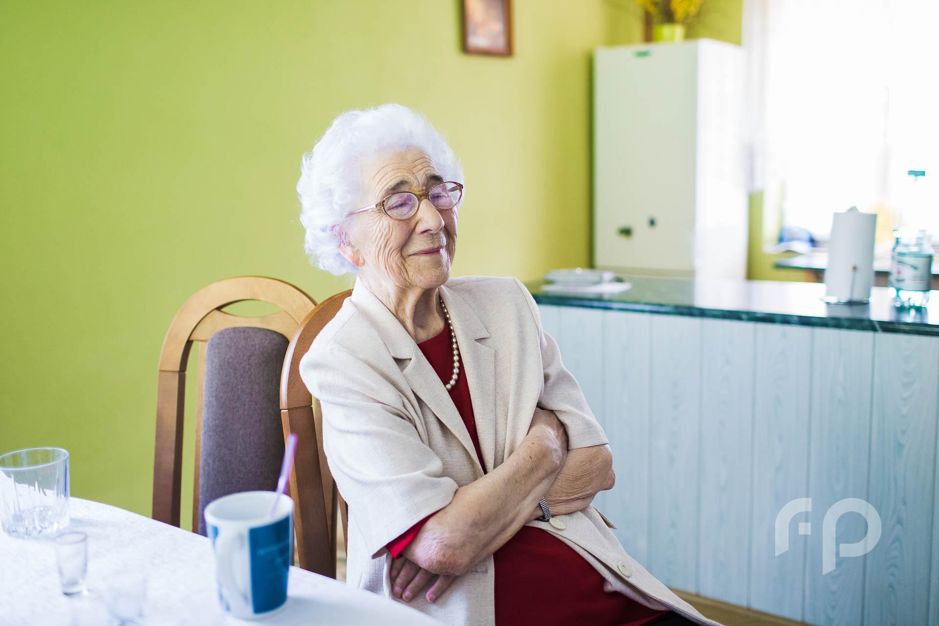 Babcia w czasie przygotowań ślubnych