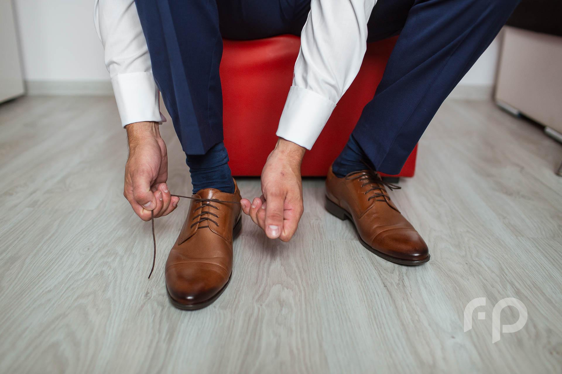 wiązanie butów fotograf na ślub i wesele Jasło