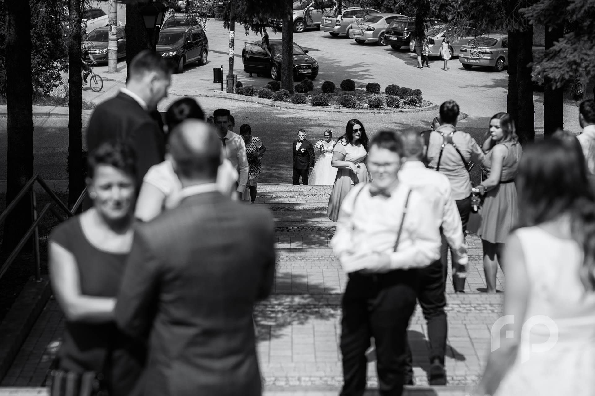 goście przed wejściem do kościoła