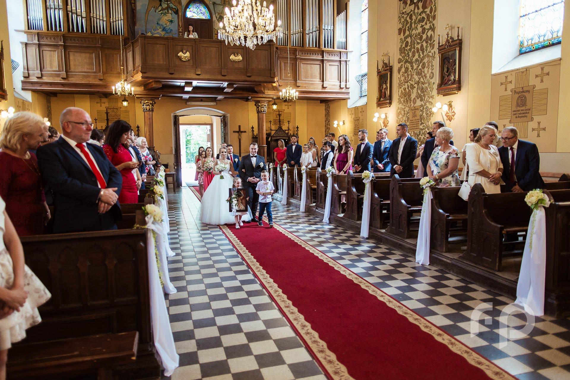 fotografia wejścia do kościoła