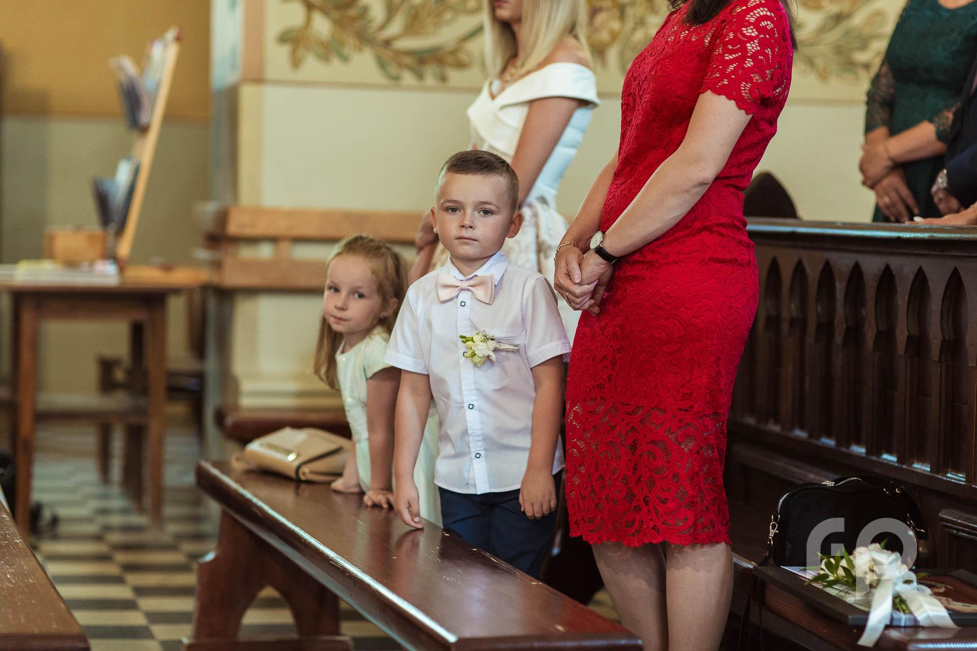 dzieci obserwujące przysięgę małżeńską
