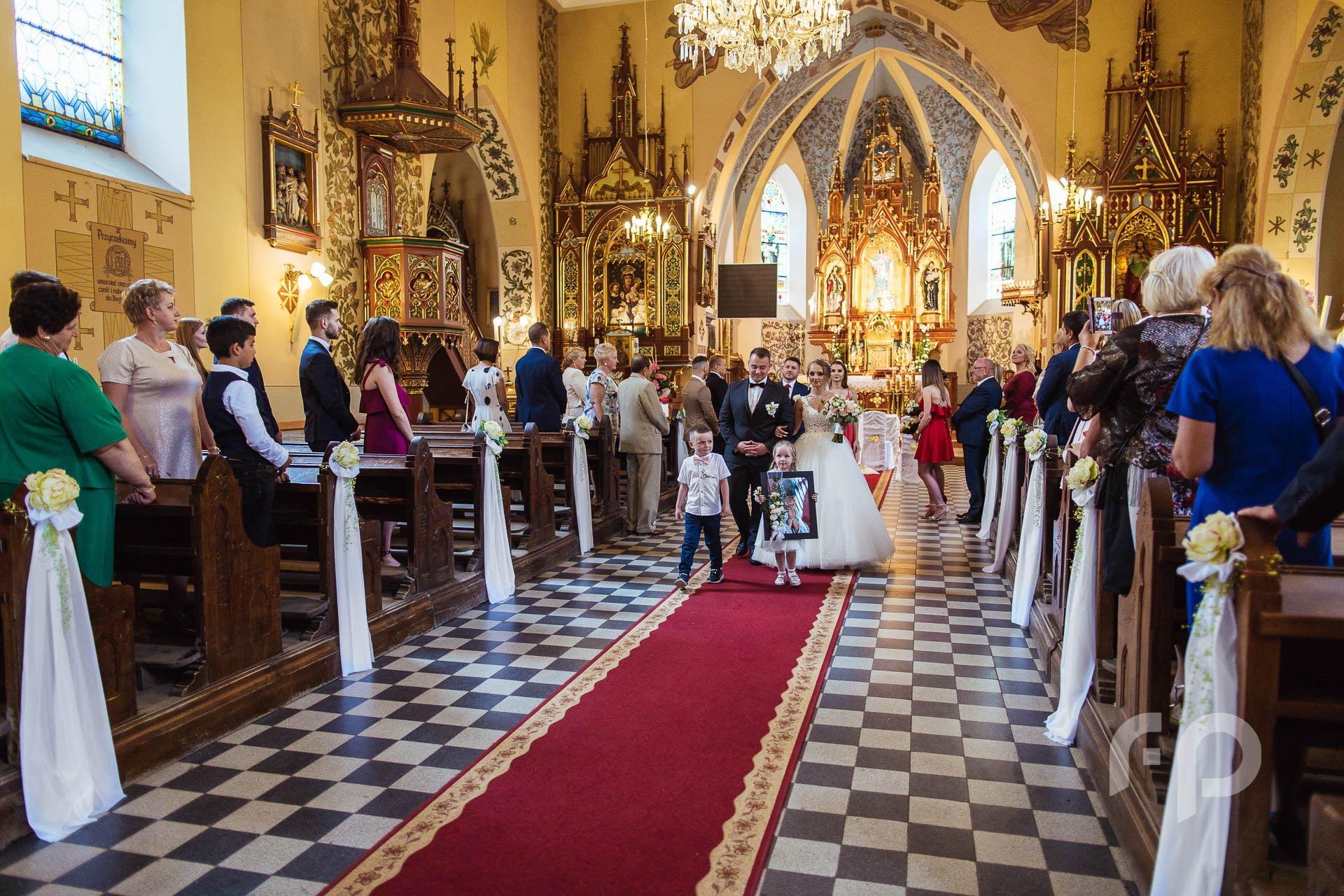 wyjście z dziećmi z kościoła