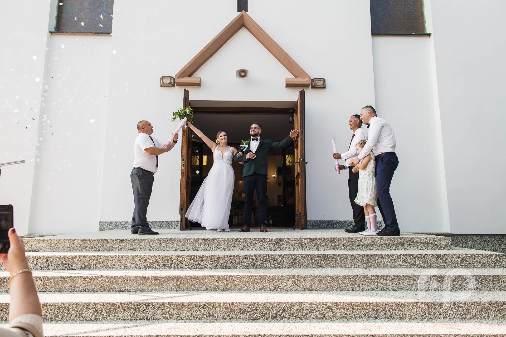 konfetti ślubne podczas wyjścia z kościoła