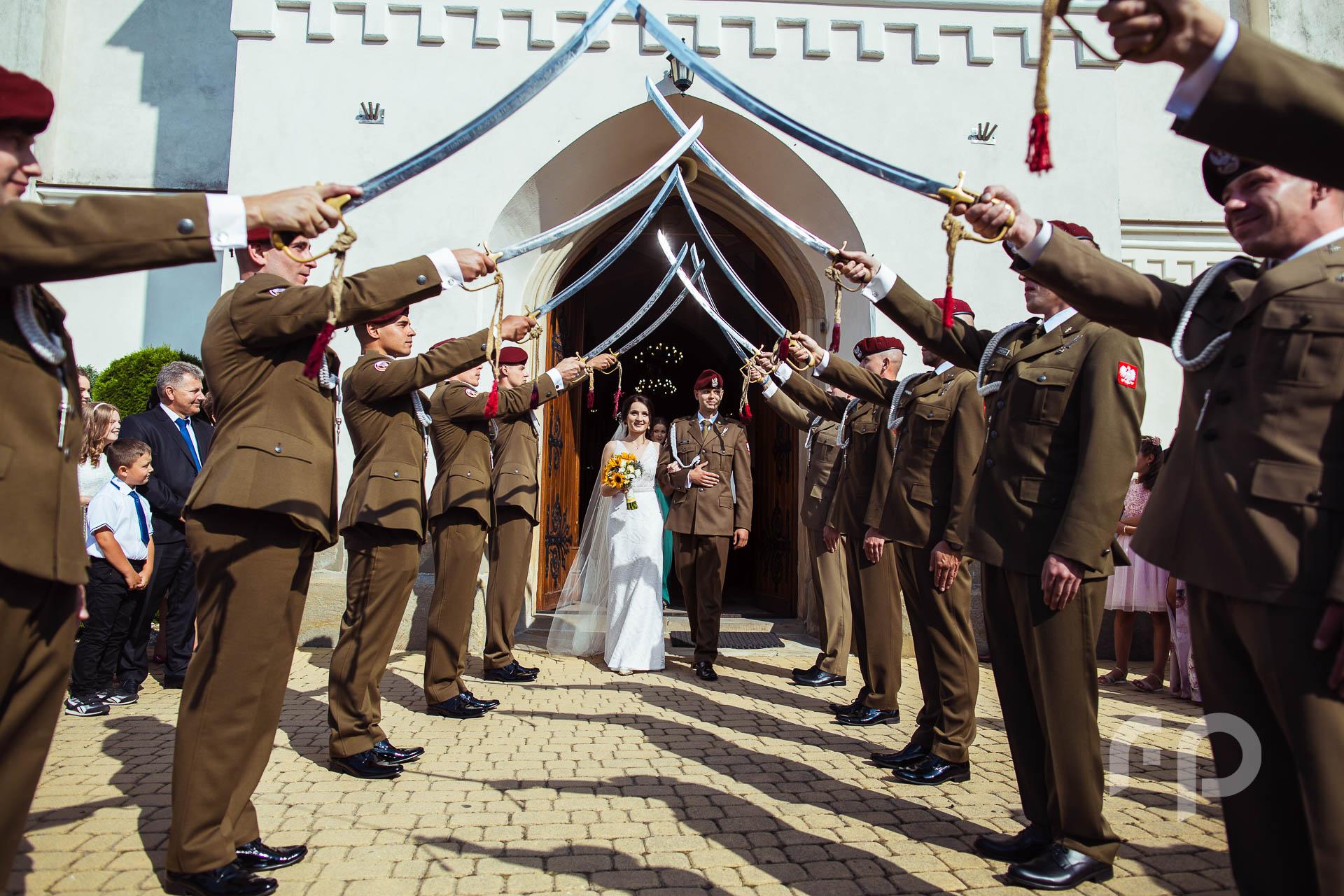 szpaler wojskowy podczas wyjścia z kościoła