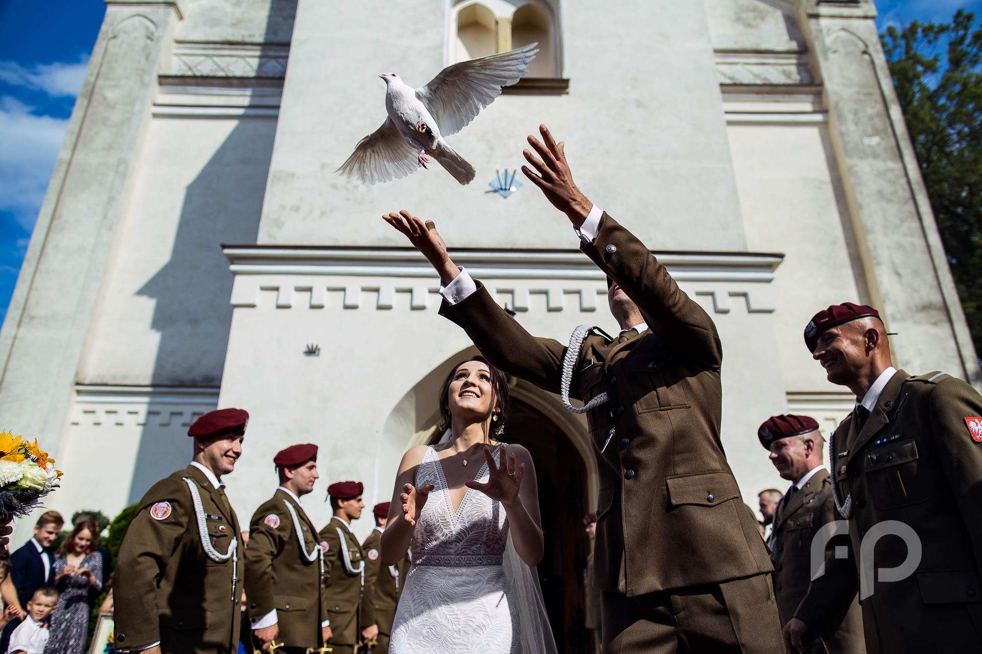 wypuszczanie gołebii przed kościołem