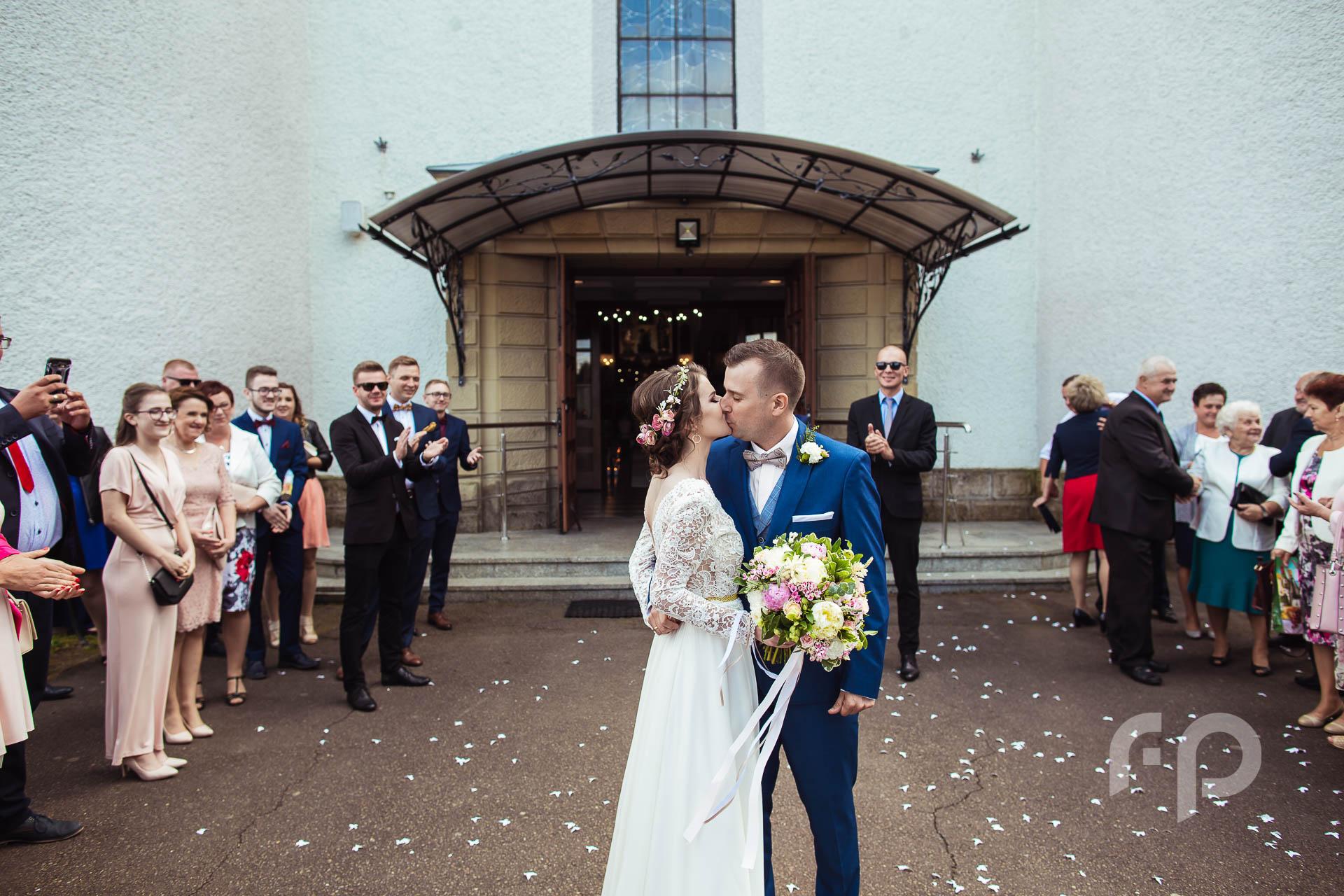 pocałunek przed kościołem