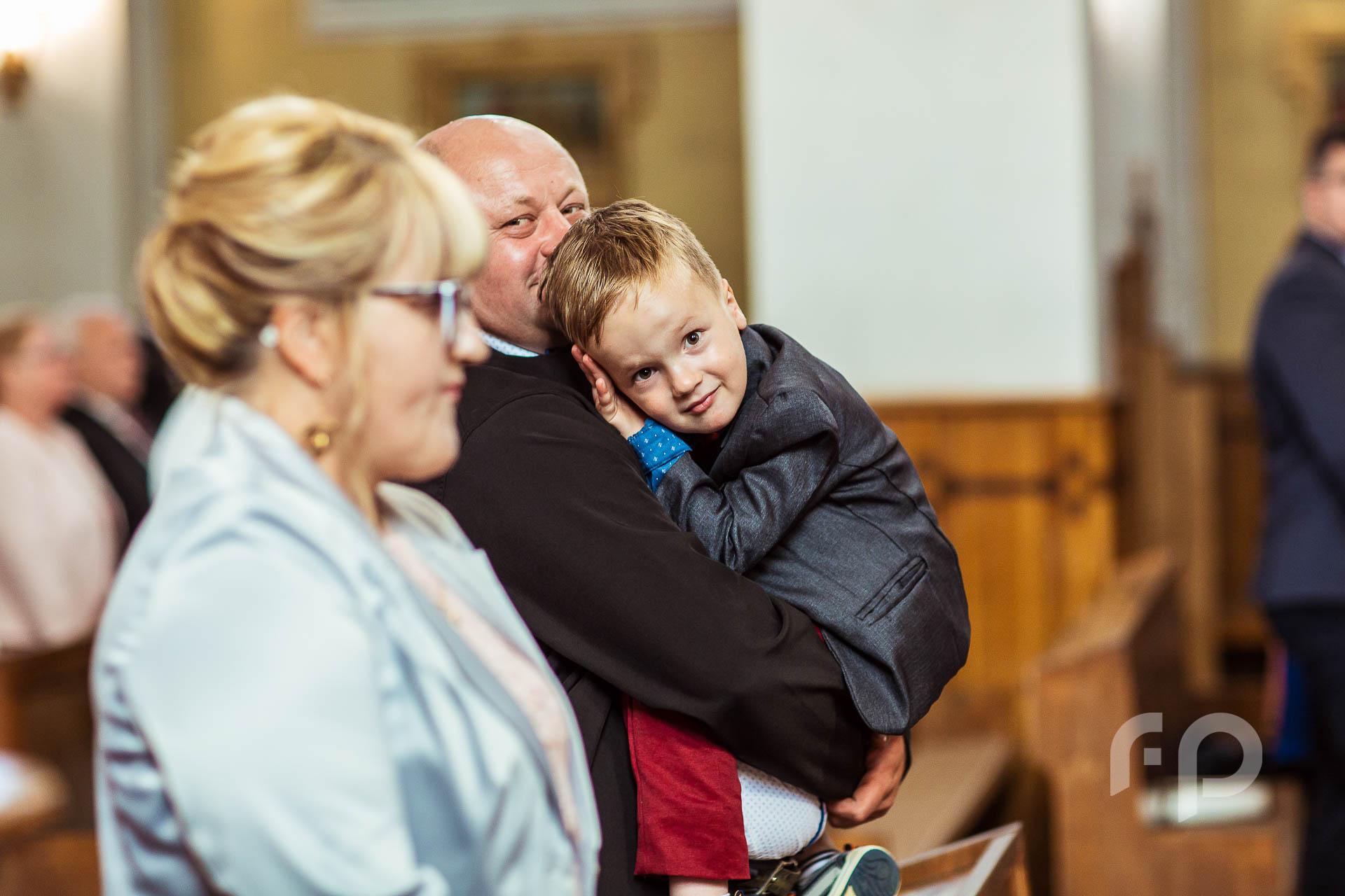 chłopiec w czasie mszy ślubnej