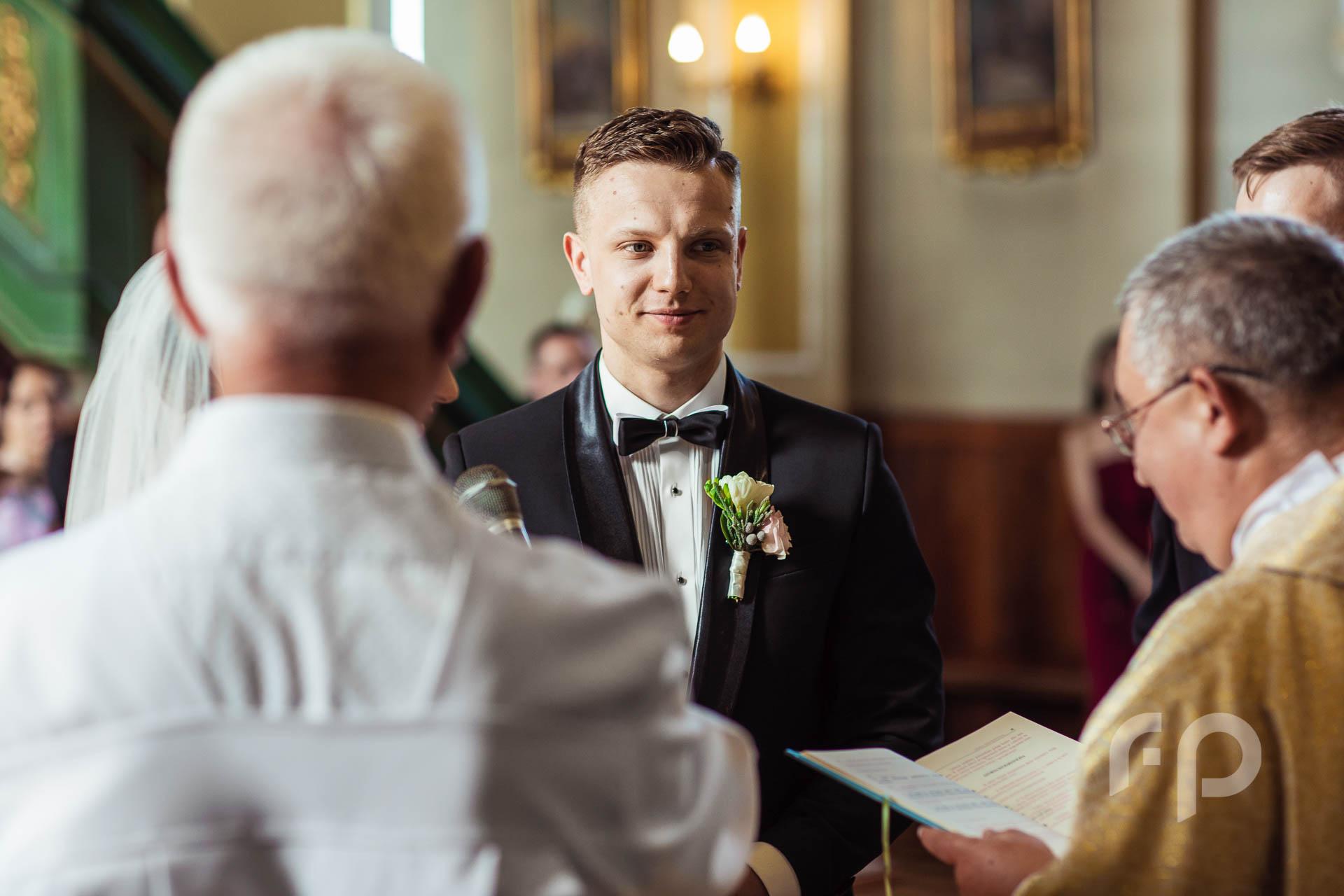 przysięga ślubna i ujęcie Pana Młodego