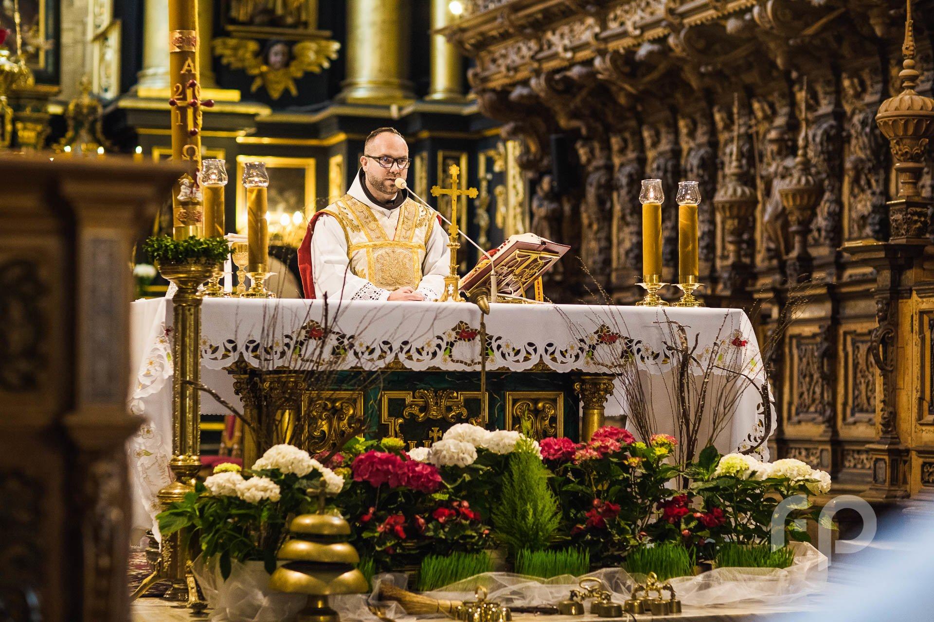 czytanie księdza w klasztorze