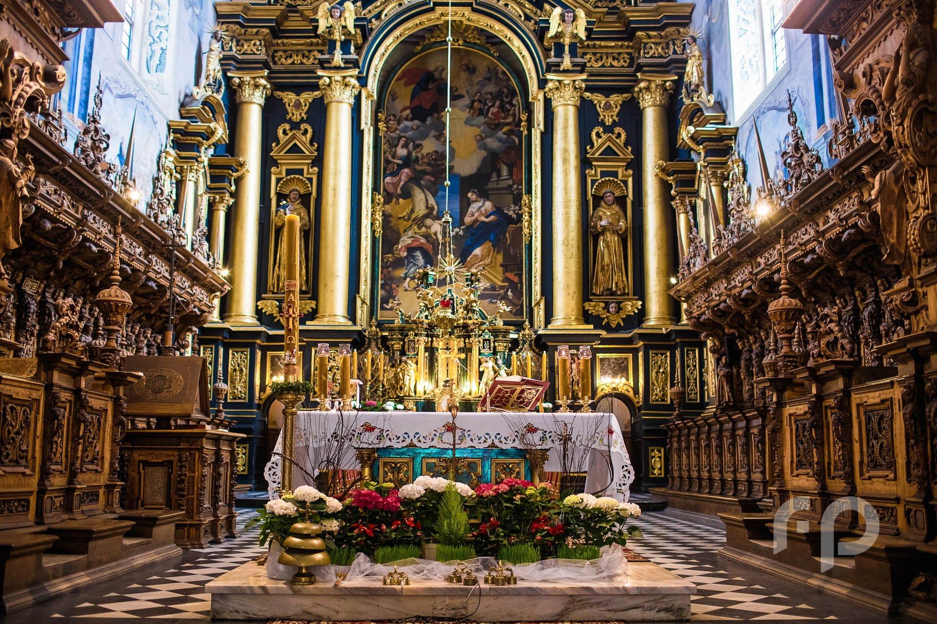 ołtarz ślubny w kościele