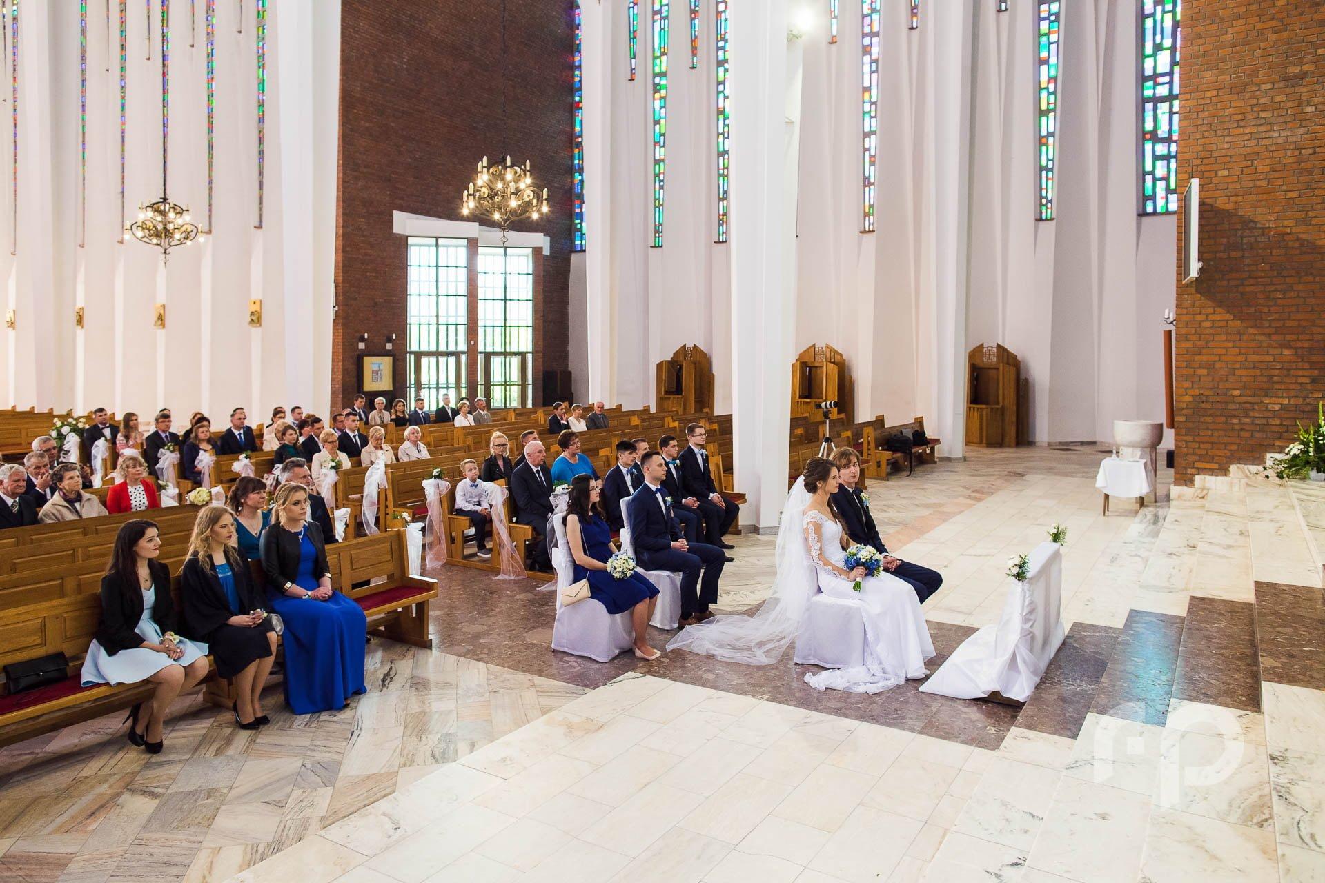 szeroki kadr przedstawiający gości w kościele
