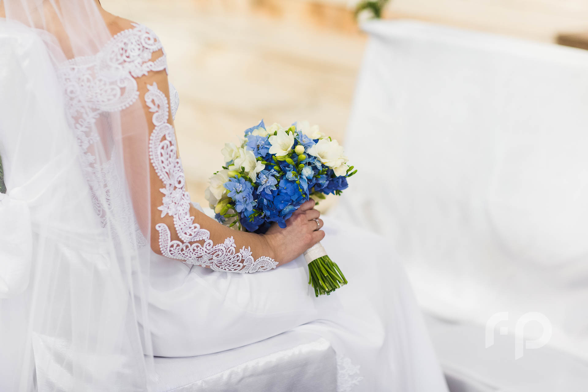 Panna młda trzymająca bukiet ślubny podczas mszy świętej