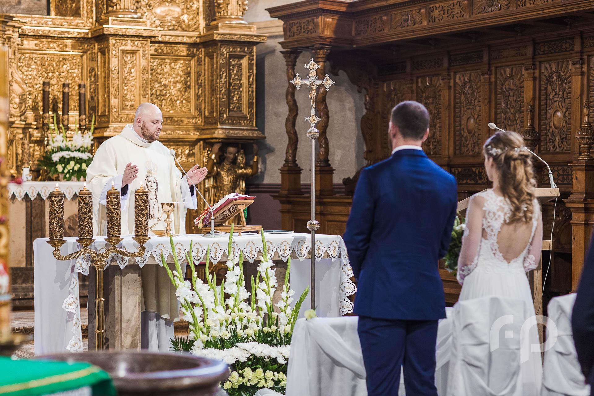 fotografia księdza podczas kazania ślubnego