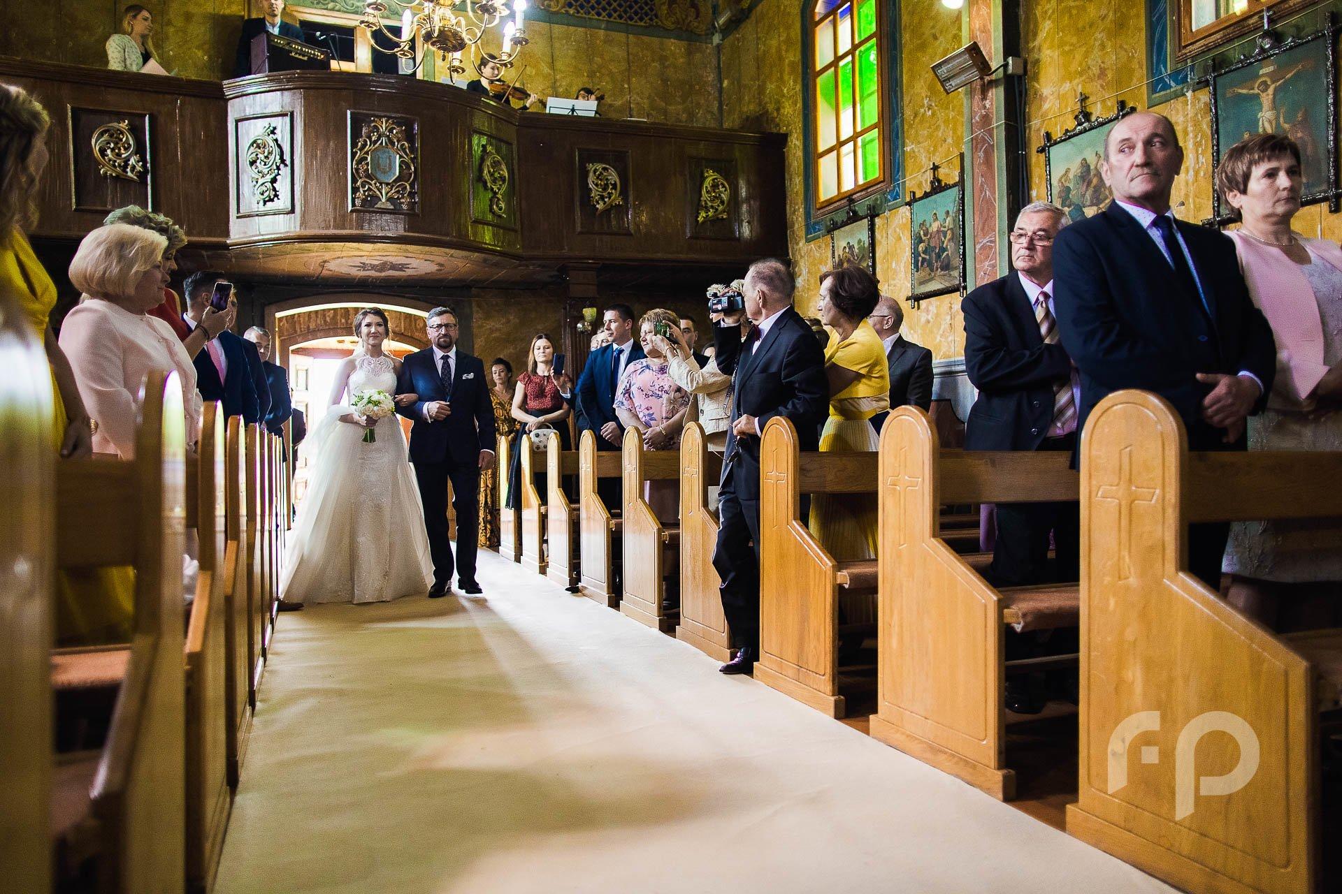 wejście Panny Młodej z Tatą do kościoła