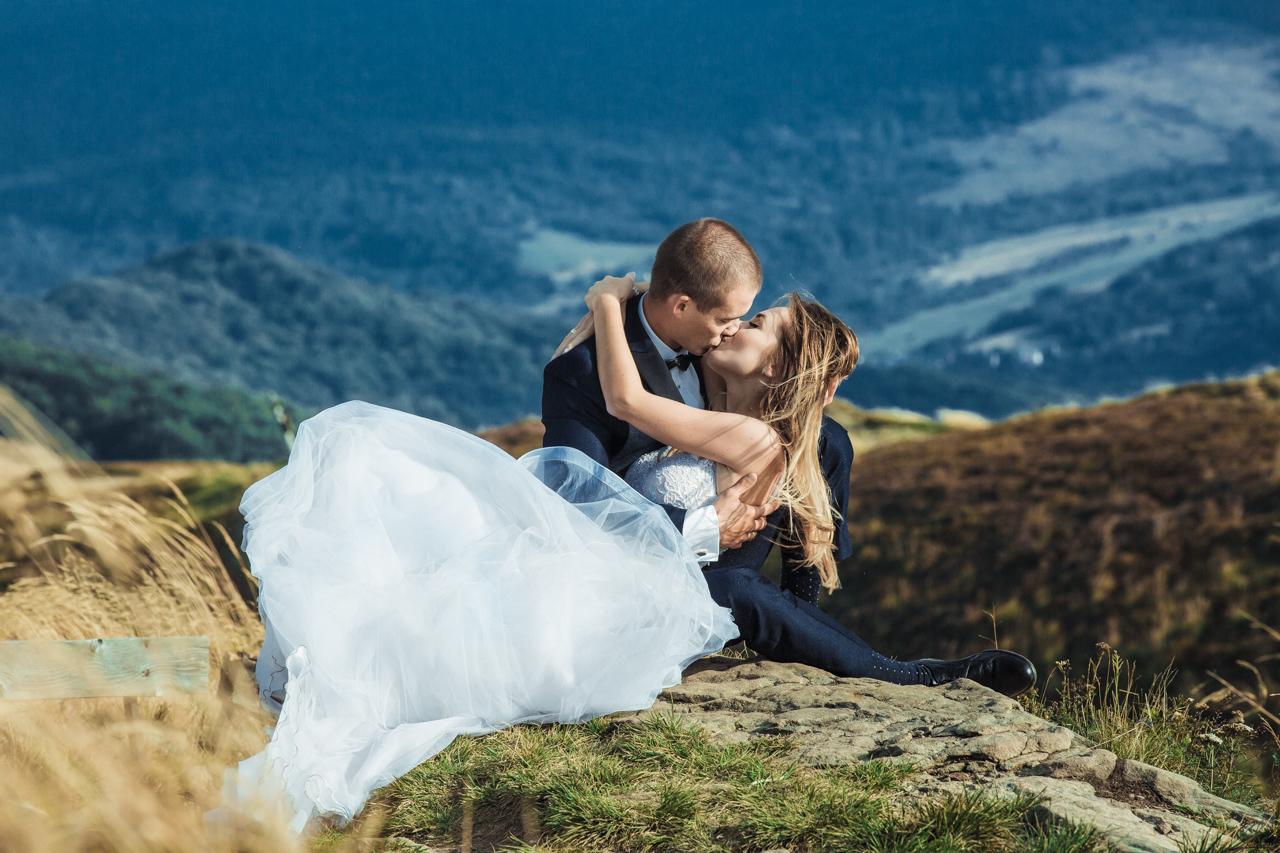 pocałunek leżącej pary młodej na Bieszczadzkim wzgórzu