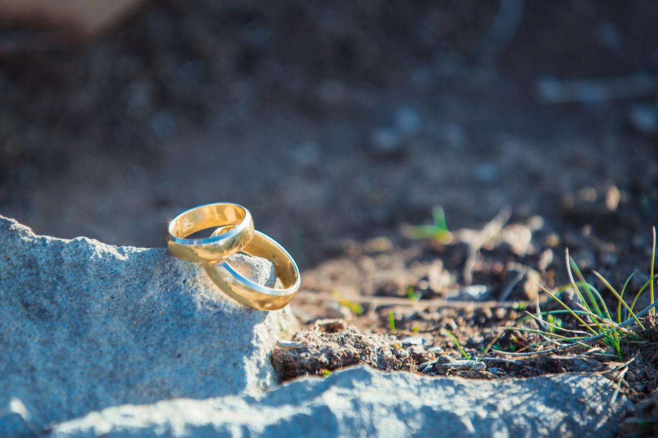 zdjęcie obrączek ślubnych na Połoninie Caryńskiej