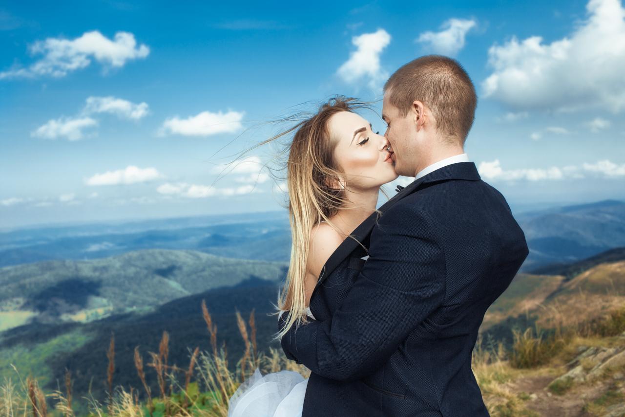 pocałunek Kasi i Emila - przemarznięta Kasia okrywa się marynarką Emila