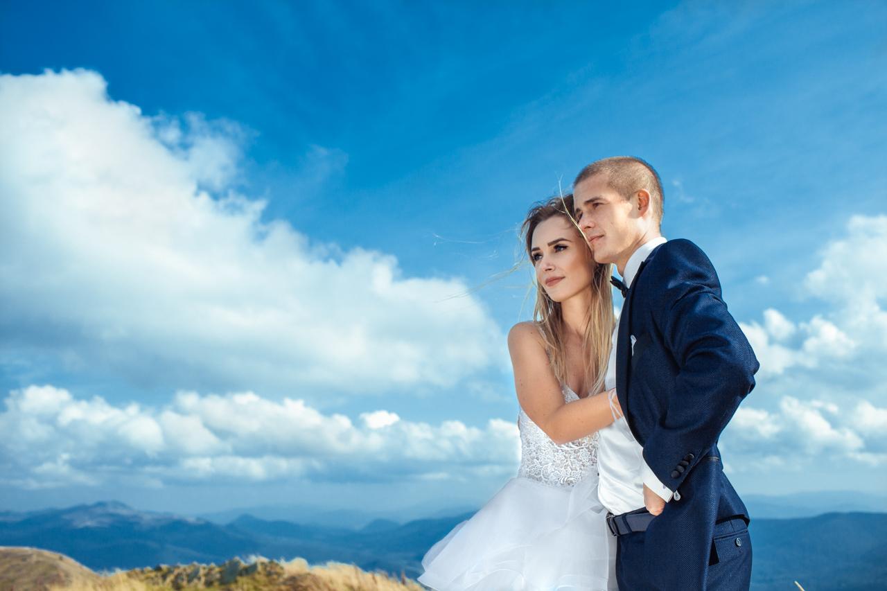 spojrzenie przytulającej się pary młodej na panoramę Bieszczad