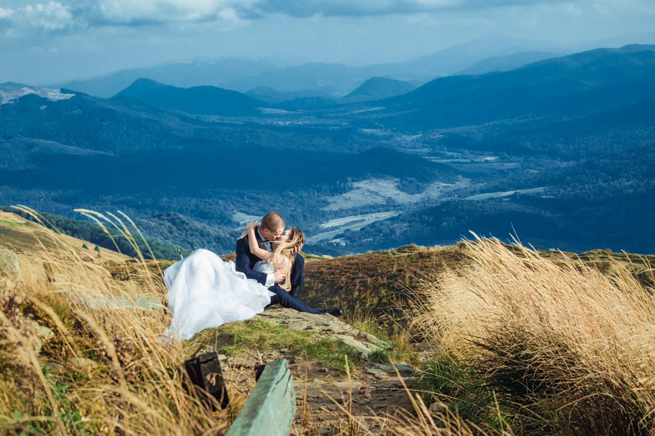 całująca się para młoda na tle panoramay Bieszczad