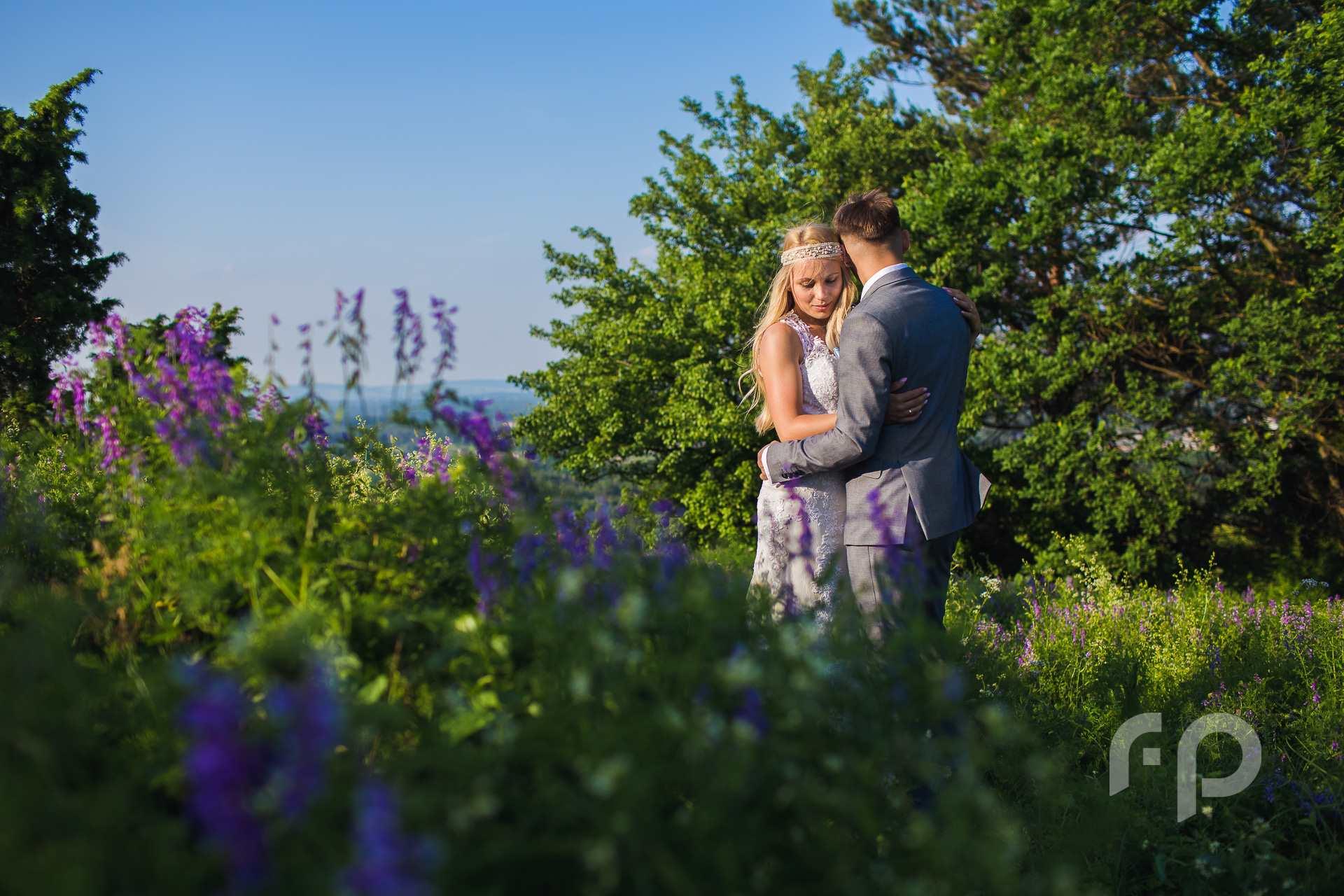 zakochana para młoda - letnia sesja w górach